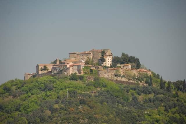 Altes Dorf throhnt auf einem Hügel der Toskana