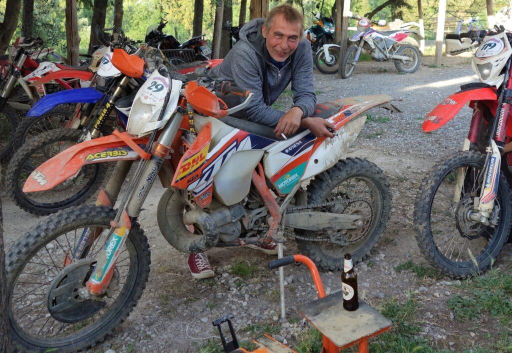 Markus mit Enduro und Siegerbier