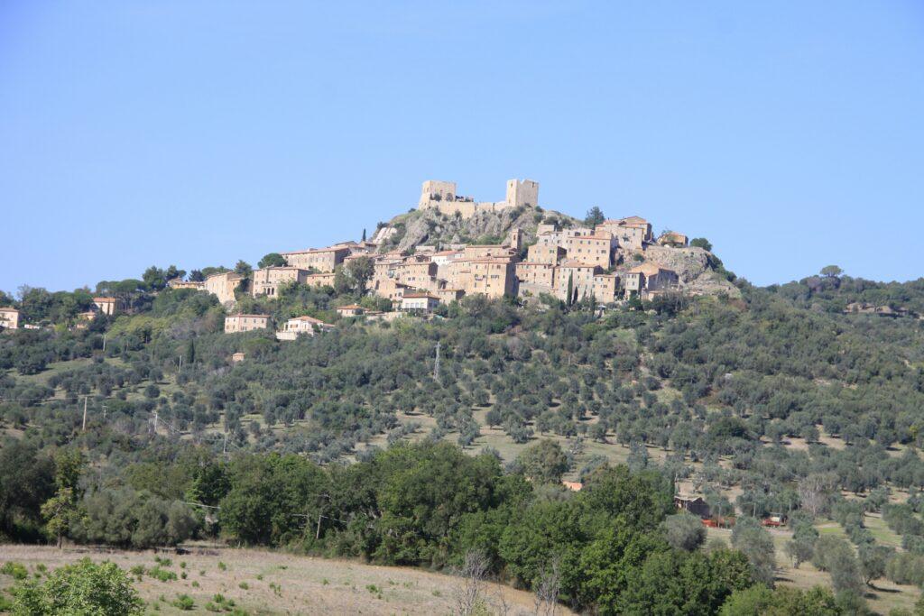 Der Ort Montemassi auf einer bergkuppe
