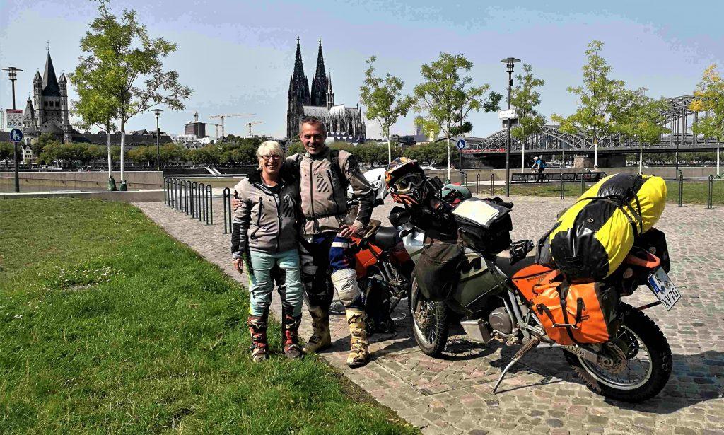 Jutta, Markus und KTMs vor dem Kölner Dom
